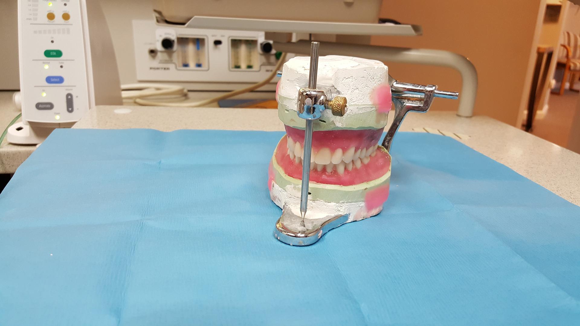 protezy akrylowe licowe częściowe całkowite